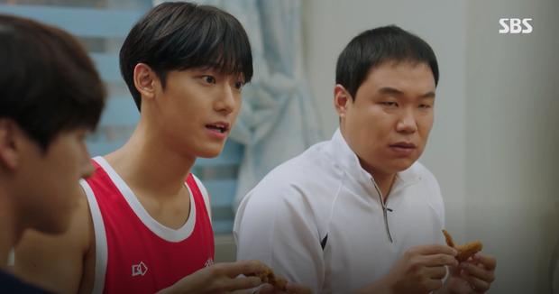 Người tình truyền kiếp của IU trong Hotel Del Luna: Vẻ điển trai lai giữa Park Bo Gum và Jung Hae In? - Ảnh 12.