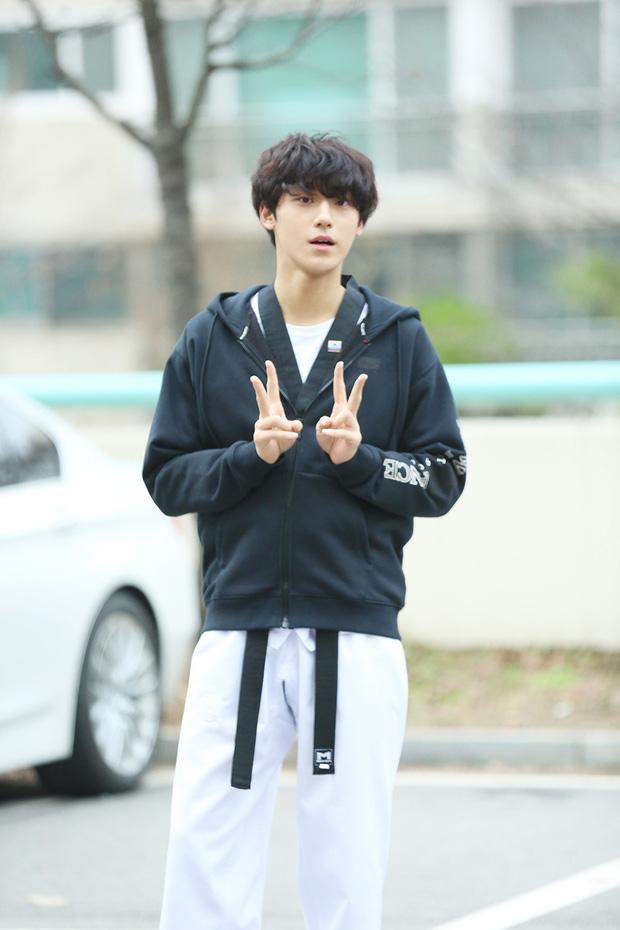 Người tình truyền kiếp của IU trong Hotel Del Luna: Vẻ điển trai lai giữa Park Bo Gum và Jung Hae In? - Ảnh 16.