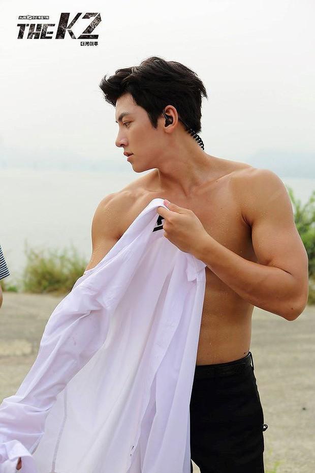Khoảnh khắc màn ảnh đẹp điên đảo của Ji Chang Wook: Hoàng thượng nào lại có body ngon như cơm mẹ nấu thế này? - Ảnh 11.