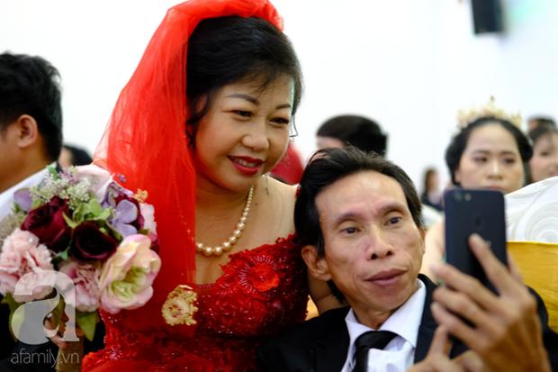 Xúc động cặp vợ chồng lấy nhau 51 năm mới được tổ chức hôn lễ: Bà ấy vui lắm, cười muốn rụng răng luôn - Ảnh 9.