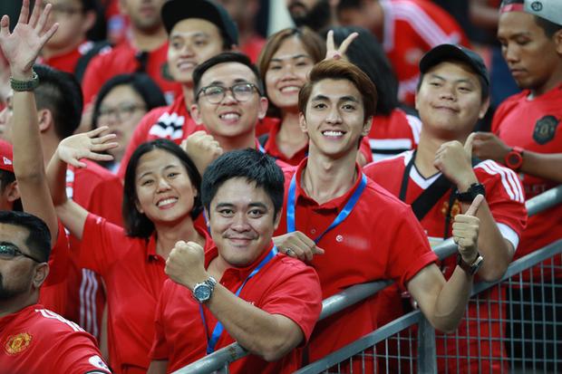 Diễn viên Bình An đẹp trai rạng ngời trong ngày đến Singapore tiếp lửa MU đánh bại Inter Milan - Ảnh 1.