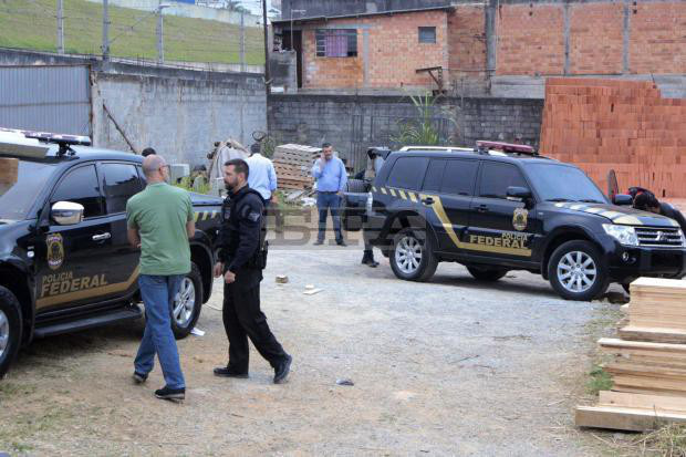 Táo tợn đóng giả cảnh sát cướp 750 kg vàng tại sân bay bang Sao Paulo - Ảnh 1.