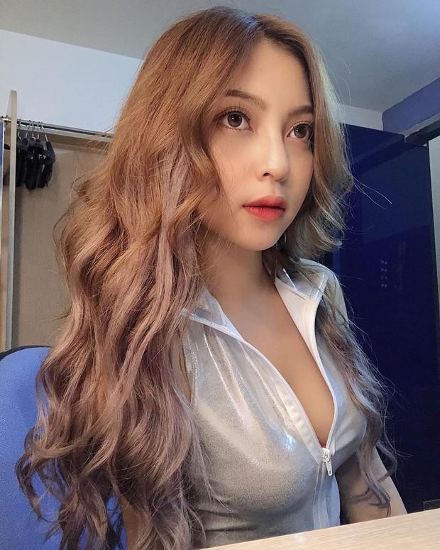 Dàn WAGs xinh đẹp của đội tuyển Việt Nam đi du lịch hè: Ai cũng check-in với thần thái sang chảnh nhưng Nhật Lê gây ấn tượng nhất với vẻ sexy - Ảnh 1.
