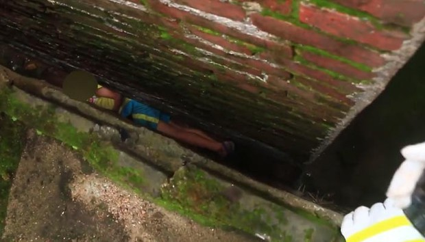 Clip: 20 phút hồi hộp giải cứu đứa bé nghịch ngợm mắc kẹt trong khe tường hẹp chỉ 20 cm - Ảnh 1.