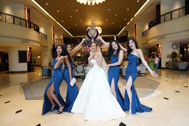 HHen Niê ăn diện quyến rũ, cùng dàn mỹ nhân Miss Universe làm phù dâu trong đám cưới Hoa hậu Thái Lan - Ảnh 4.