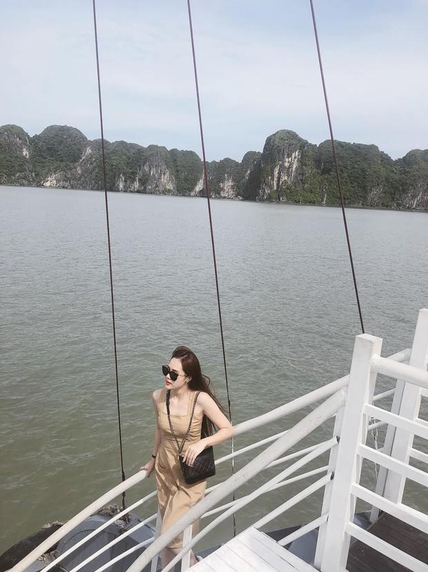 Dàn WAGs xinh đẹp của đội tuyển Việt Nam đi du lịch hè: Ai cũng check-in với thần thái sang chảnh nhưng Nhật Lê gây ấn tượng nhất với vẻ sexy - Ảnh 5.