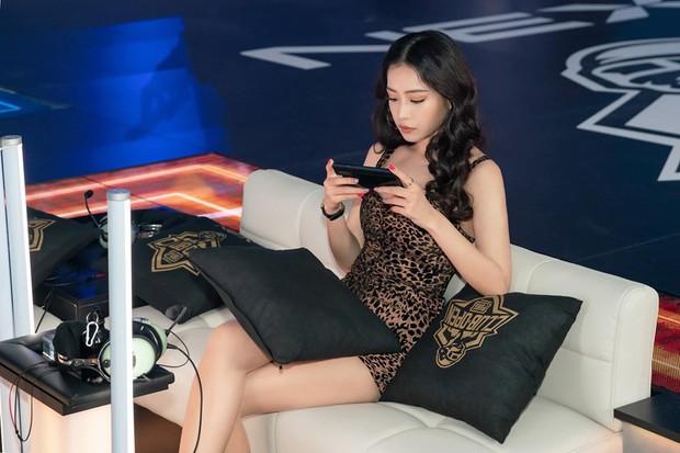 Chơi game có thể không hay, nhưng thần thái và nhan sắc của Chi Pu ăn đứt loạt khách mời tại Chung kết PUBG Mobile thế giới - Ảnh 1.