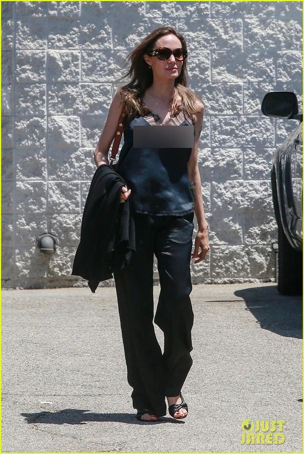Angelina Jolie tự tin gia nhập hội thả rông, nhưng nhìn đến cánh tay gầy trơ cả xương mới sốc - Ảnh 1.