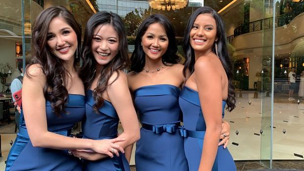 HHen Niê ăn diện quyến rũ, cùng dàn mỹ nhân Miss Universe làm phù dâu trong đám cưới Hoa hậu Thái Lan - Ảnh 2.
