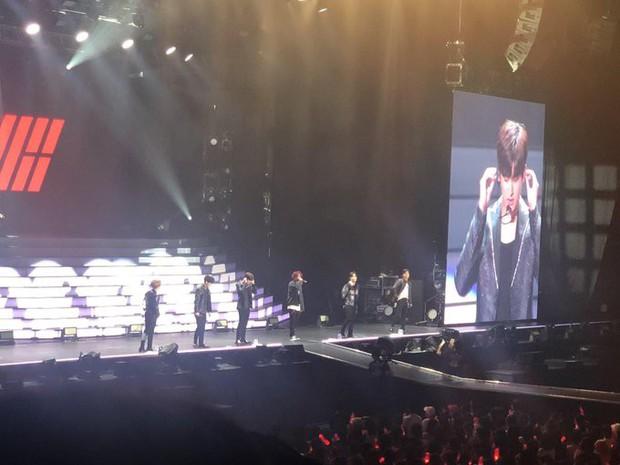 Sân khấu đầu tiên của iKON hậu B.I rời nhóm: Các thành viên và fan chìm trong biển nước mắt - Ảnh 1.