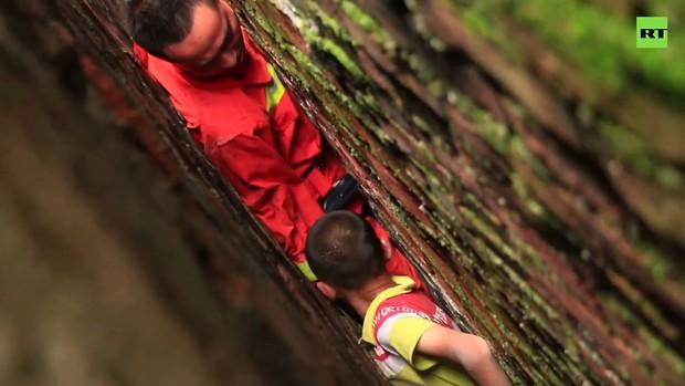 Clip: 20 phút hồi hộp giải cứu đứa bé nghịch ngợm mắc kẹt trong khe tường hẹp chỉ 20 cm - Ảnh 2.