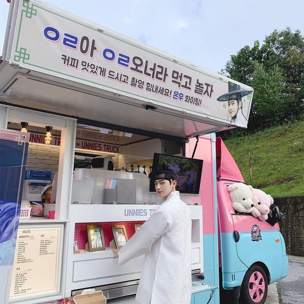 Jung Kook (BTS) tặng xe cafe ủng hộ phim mới của trai đẹp Cha Eun Woo, ai nấy cũng khen cặp này đẹp đôi thế! - Ảnh 1.