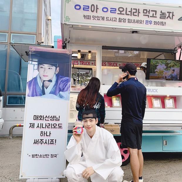 Jung Kook (BTS) tặng xe cafe ủng hộ phim mới của trai đẹp Cha Eun Woo, ai nấy cũng khen cặp này đẹp đôi thế! - Ảnh 2.