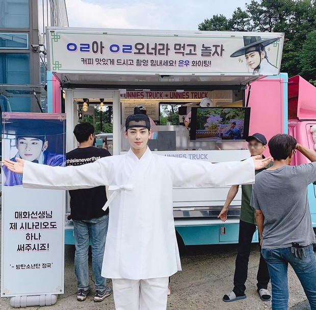 [K-Drama]: Jungkook (BTS) give a cafe truck to support the new drama of Cha Eun Woo