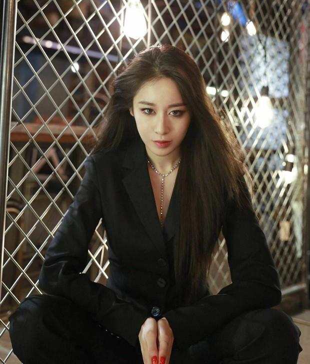 Idol Hàn khi diện suit hầu như thành soái tỷ nhưng lột xác nhất là Sana còn gây hoang mang nhất là Lisa - Ảnh 5.