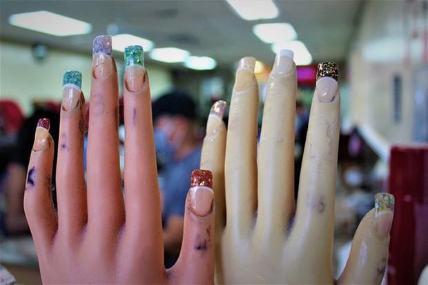 Câu chuyện của 2 phụ nữ gốc Việt làm nghề nail ở Mỹ: Tiền kiếm dễ nhưng nước mắt chảy ngược vào trong, đánh đổi sức khỏe để mưu sinh trên đất khách - Ảnh 3.