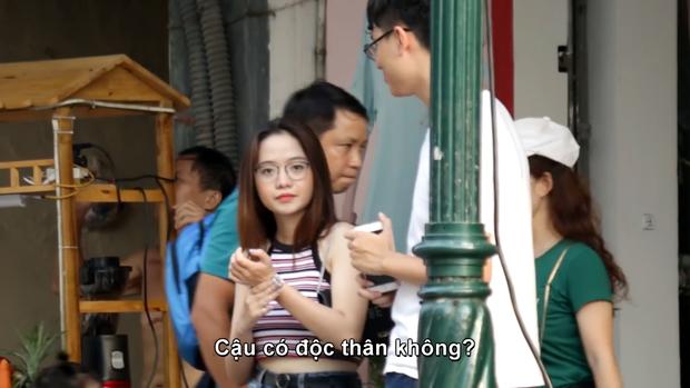 Ra Hà Nội chơi vô tình lọt vào camera giấu kín của 1 chàng trai, girl xinh Đà Nẵng được hỏi xin info không ngớt - Ảnh 2.