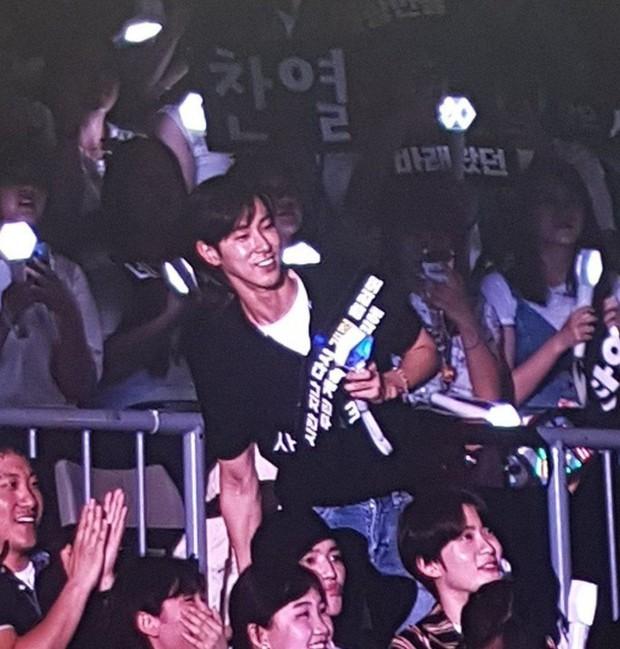 Đến xem concert của EXO, Yunho (DBSK) làm fan cười ngất vì mắc lỗi lanh chanh vô cùng đáng yêu - Ảnh 2.