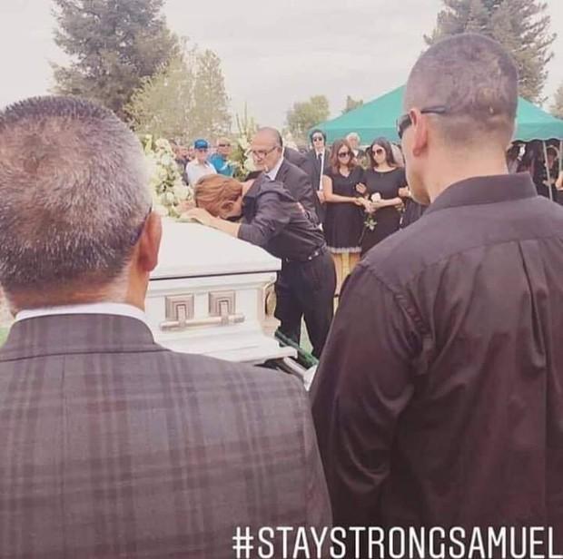 Tang lễ bố doanh nhân bị sát hại dã man của Samuel: Xót xa nam idol gục khóc trước quan tài, hàng trăm người đến đưa tiễn - Ảnh 12.