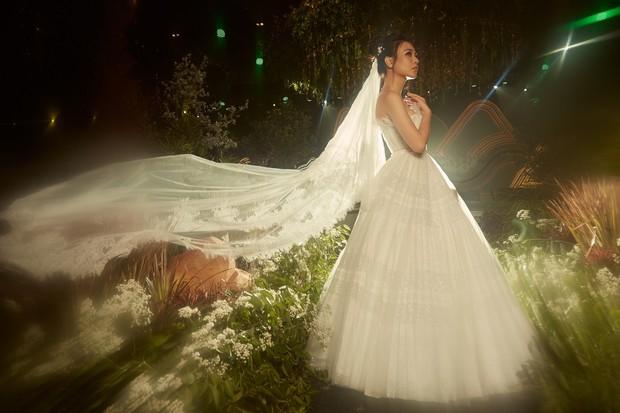 Hậu trường hôn lễ Đàm Thu Trang và Cường Đô La: Cô dâu đẹp xuất sắc trong bộ váy cưới, e ấp hạnh phúc bên chú rể - Ảnh 3.