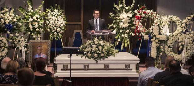 Tang lễ bố doanh nhân bị sát hại dã man của Samuel: Xót xa nam idol gục khóc trước quan tài, hàng trăm người đến đưa tiễn - Ảnh 3.