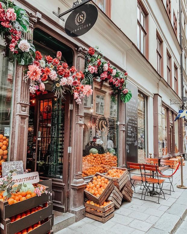 Lisa và Jisoo đăng hình xinh xẻo ở Thuỵ Điển, nhìn background tưởng cửa hàng trái cây nhưng hoá ra lại bán thứ này - Ảnh 9.
