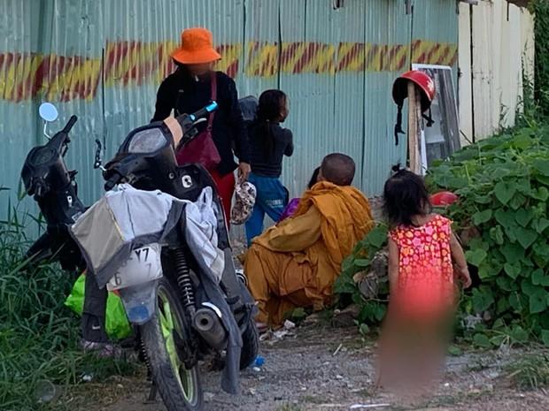 """Phẫn nộ hình ảnh 2 người phụ nữ nằm """"phè phỡn"""" đếm tiền, """"chăn dắt"""" trẻ em và nhóm giả tu hành đi ăn xin ở Sài Gòn - Ảnh 6."""