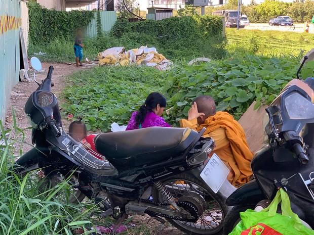 """Phẫn nộ hình ảnh 2 người phụ nữ nằm """"phè phỡn"""" đếm tiền, """"chăn dắt"""" trẻ em và nhóm giả tu hành đi ăn xin ở Sài Gòn - Ảnh 5."""