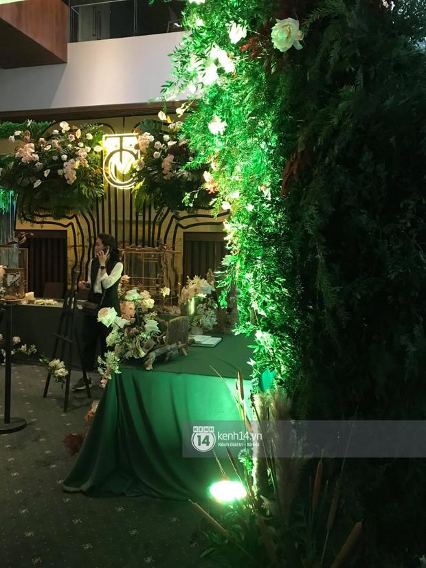Độc quyền: Loạt ảnh hiếm hoi không gian cưới ngập sắc xanh của Đàm Thu Trang - Cường Đô La - Ảnh 4.