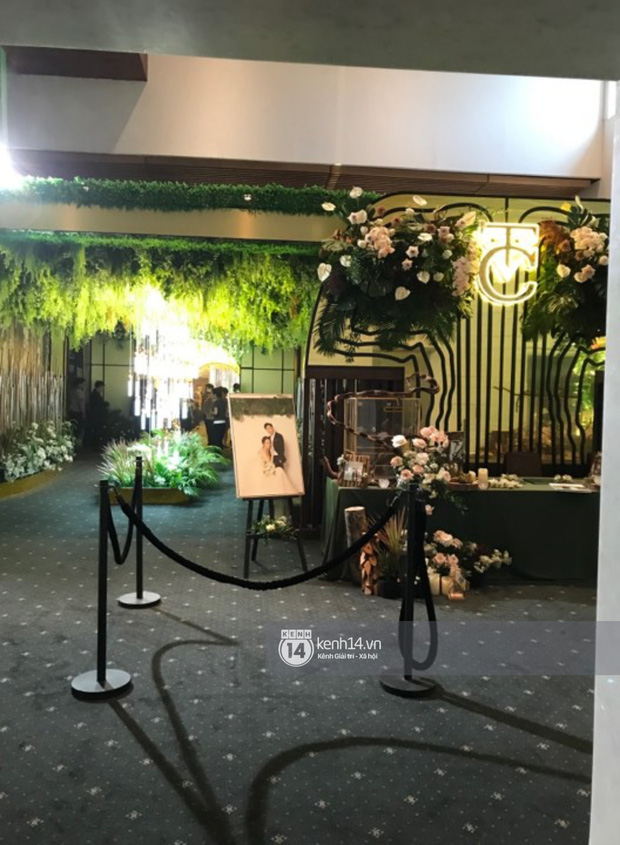 Độc quyền: Loạt ảnh hiếm hoi không gian cưới ngập sắc xanh của Đàm Thu Trang - Cường Đô La - Ảnh 2.