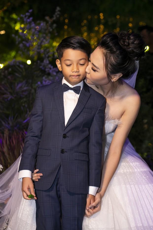 Hậu trường hôn lễ Đàm Thu Trang và Cường Đô La: Cô dâu đẹp xuất sắc trong bộ váy cưới, e ấp hạnh phúc bên chú rể - Ảnh 5.