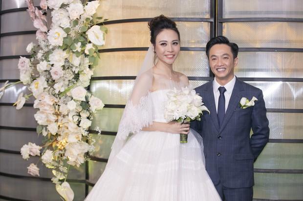 Hậu trường hôn lễ Đàm Thu Trang và Cường Đô La: Cô dâu đẹp xuất sắc trong bộ váy cưới, e ấp hạnh phúc bên chú rể - Ảnh 4.