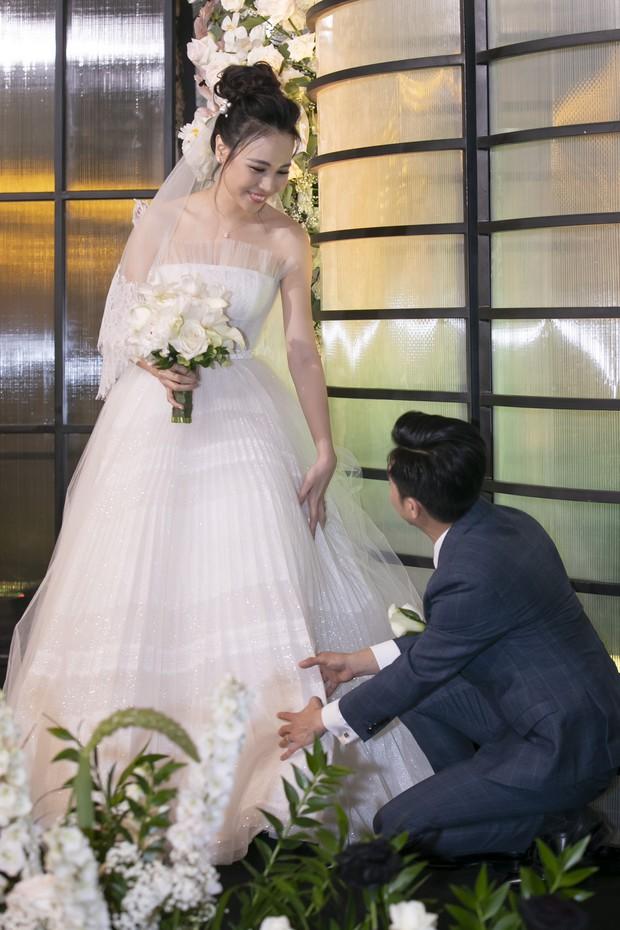 Hậu trường hôn lễ Đàm Thu Trang và Cường Đô La: Cô dâu đẹp xuất sắc trong bộ váy cưới, e ấp hạnh phúc bên chú rể - Ảnh 6.