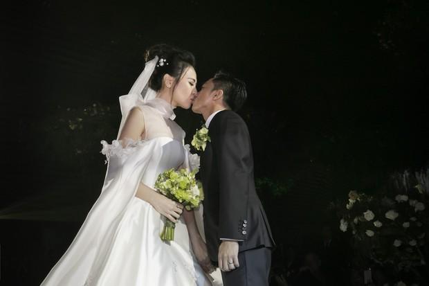 Ảnh đẹp: Đàm Thu Trang diện váy cưới kín đáo, hạnh phúc khoá môi Cường Đô La trong ngày trọng đại - Ảnh 5.