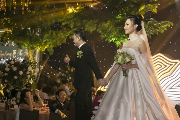 Ảnh đẹp: Đàm Thu Trang diện váy cưới kín đáo, hạnh phúc khoá môi Cường Đô La trong ngày trọng đại - Ảnh 3.