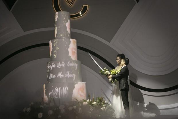 Ảnh đẹp: Đàm Thu Trang diện váy cưới kín đáo, hạnh phúc khoá môi Cường Đô La trong ngày trọng đại - Ảnh 6.