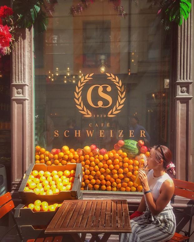 Lisa và Jisoo đăng hình xinh xẻo ở Thuỵ Điển, nhìn background tưởng cửa hàng trái cây nhưng hoá ra lại bán thứ này - Ảnh 18.