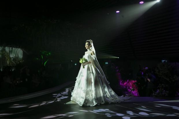 Ảnh đẹp: Đàm Thu Trang diện váy cưới kín đáo, hạnh phúc khoá môi Cường Đô La trong ngày trọng đại - Ảnh 1.