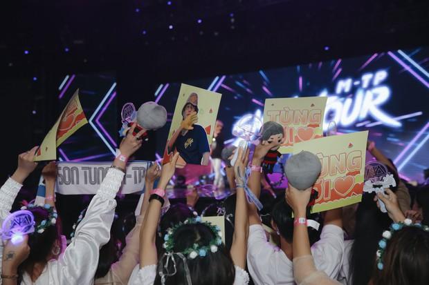 Sướng như Sky tham dự Sky Tour ở TP.HCM: Được bắt tay, ôm và đích thân Sơn Tùng tặng quà khủng - Ảnh 3.