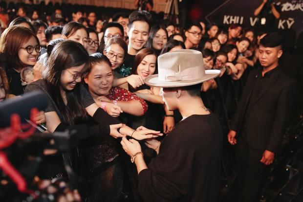 Sướng như Sky tham dự Sky Tour ở TP.HCM: Được bắt tay, ôm và đích thân Sơn Tùng tặng quà khủng - Ảnh 12.