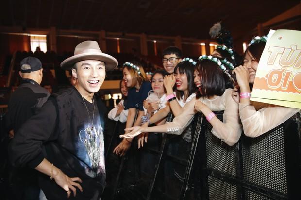 Sướng như Sky tham dự Sky Tour ở TP.HCM: Được bắt tay, ôm và đích thân Sơn Tùng tặng quà khủng - Ảnh 10.