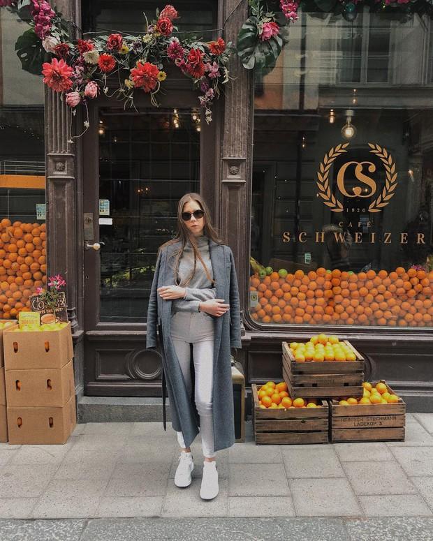 Lisa và Jisoo đăng hình xinh xẻo ở Thuỵ Điển, nhìn background tưởng cửa hàng trái cây nhưng hoá ra lại bán thứ này - Ảnh 19.