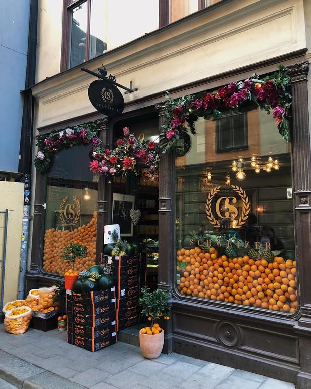 Lisa và Jisoo đăng hình xinh xẻo ở Thuỵ Điển, nhìn background tưởng cửa hàng trái cây nhưng hoá ra lại bán thứ này - Ảnh 16.