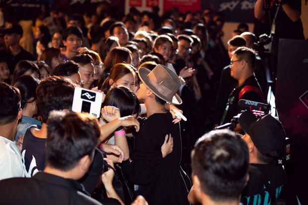 Sướng như Sky tham dự Sky Tour ở TP.HCM: Được bắt tay, ôm và đích thân Sơn Tùng tặng quà khủng - Ảnh 15.