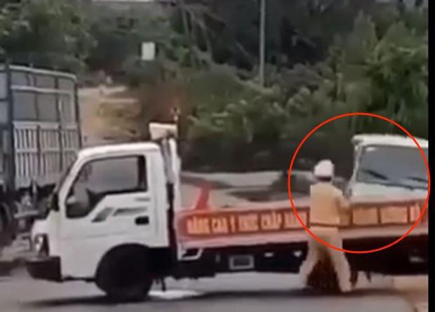 Bị truy đuổi, tài xế xe khách liều mạng tông thẳng vào xe CSGT chặn đường, hất bay chiến sĩ hàng chục mét - Ảnh 2.