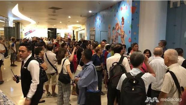 Háo hức xếp hàng dài chờ mua điện thoại Huawei giá rẻ, người dân Singapore giận dữ ra về tay trắng - Ảnh 1.