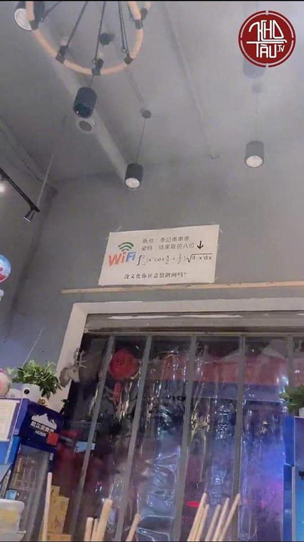 Lại thêm một màn đố pass wifi hack não nhưng ức chế nhất là câu nói: Không có văn hóa thì đừng có lên mạng! - Ảnh 1.