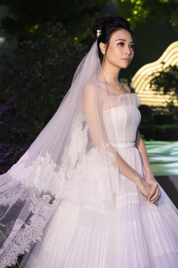 Váy cưới chính thức chưa tiết lộ, chỉ riêng váy đón khách của Đàm Thu Trang cũng khiến dân tình ngất ngây - Ảnh 2.