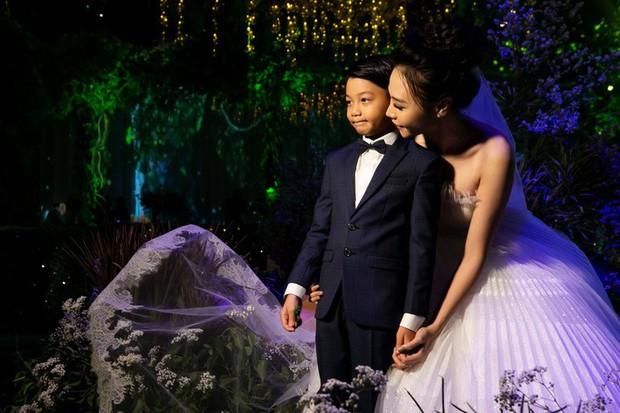 Đàm Thu Trang nắm chặt tay, hôn má Subeo cực tình cảm trong đám cưới với Cường Đô La - Ảnh 1.