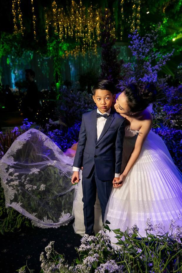 Đàm Thu Trang nắm chặt tay, hôn má Subeo cực tình cảm trong đám cưới với Cường Đô La - Ảnh 2.